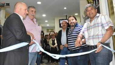 Nueva sede. El intendente madrynense Ricardo Sastre junto al titular de Luz y Fuerza, Héctor González, al inaugurar las nuevas instalaciones.