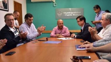 La firma del convenio de traspaso entre el intendente y las autoridades de la empresa Red Chamber.