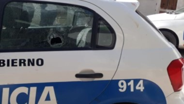 Daños. Así quedó uno de los patrulleros que estuvo durante el ataque de los violentos.