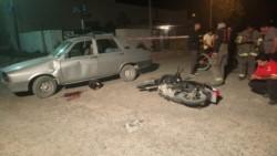 El motociclista impactó de lleno contra el auto (foto bomberos Madryn)
