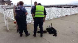 La policía de Río Negro se hizo presente en el área de los hechos y encontró ropas junto a una petaca una lata de cerveza y una botella de vino. (Diario de Río Negro)