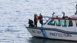 Según testigos, la víctima permaneció unos 30 minutos en el lago hasta que fue rescatado en grave estado por buzos de Prefectura Naval Naval Argentina.
