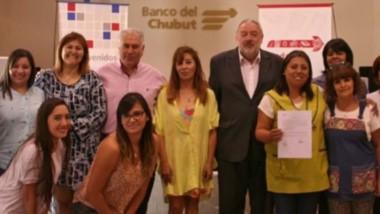 Julio Ramírez, junto a miembros del directorio y de la organización social concretaron la entrega.
