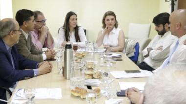 Discusión. Los visitantes explican los requisitos para que el proyecto pueda avanzar en la esfera nacional.