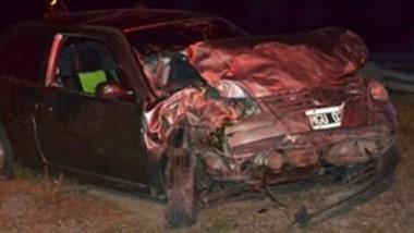 El Volskwagen Gol quedó destruido y su conductor falleció.