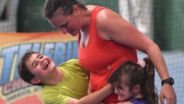 Mamá luchona y campeona. Rocío Fantilli celebra con su familia.