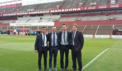 Miguel Savorani (centro a la derecha) posa con Patricio Loustau (centro a la izquierda) y el resto del equipo arbitral de Argentinos 1- Aldosivi 2.