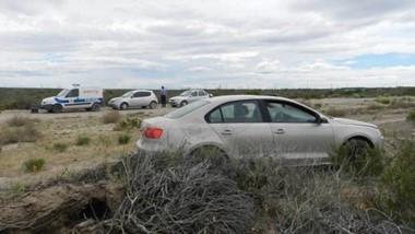 El automóvil Volkswagen Bora apareció abandonado en El Doradillo con manchas de sangre y nafta.