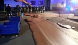 Alrededor de una tonelada de chocolate líquido salió de una fábrica y se amontonó una calle en una ciudad de Alemania.