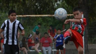 Los chicos también jugaron en la cancha de césped sintético del club Huracán de Trelew.