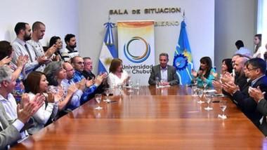 El gobernador Arcioni presidió el acto junto a autoridades de la casa de estudios.