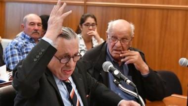 Expresivo. Zabaleta levanta su mano en ejercicio de la defensa ante la mirada de Camilo Rechene, su cliente.