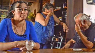 Conmovedor. Alejandra Pérez junto con sus padres, abuelos de la víctima, que no contuvieron las lágrimas durante la entrevista en su living.