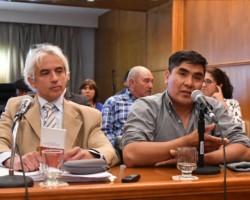 Voz ancestral. El abogado Eduardo Hualpa (izquierda) escucha a Hugo Pilquimán, hijo de Crecencio, el amparista que reclamó por las tierras.