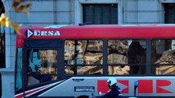 Un hombre fue detenido hoy en la ciudad de Córdoba luego de que una adolescente universitaria gritara dentro de un colectivo que la había manoseado.