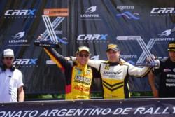 El piloto de Esquel se consagró Campeón Argentino y Sudamericano. En la imagen comparte la premiación con Mario Baldo, el subcampeón