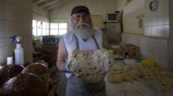 Nicolás Martínez, el Papá Noél de Bariloche, y su gran proeza de regalar 10.000 panes dulce a los pobres. (Foto: Marcelo Martínez)