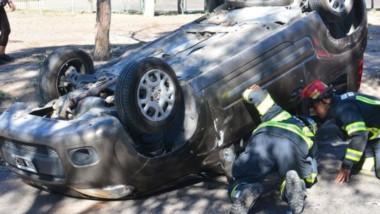 El accidente involucró a dos vehículos, uno de los cuales quedó en posición invertida tras el siniestro.