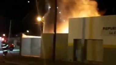 Las llamas alcanzaron una importante altura preocupando a los vecinos del lugar . Trabajaron Bomberos.