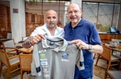 Jorge Sampaoli es el nuevo entrenador de Santos. Firmó su contrato por dos años.
