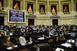 En medio de esa discusión, Lousteau presentó su moción que la iniciativa volviera a comisiones y el debate quedó suspendido.