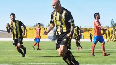 Fabricio Elgorriaga gritando un gol. Deportivo Madryn planifica un 2019 con importantes objetivos.