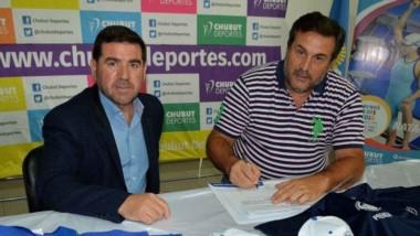 Darío Santos, pte. del Círculo Periodistas Deportivos del Chubut, firma el convenio donde se presentó la indumentaria donada por Chubut Deportes.