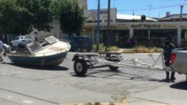 La embarcación cayó de un trailer y quedó en medio de la avenida.