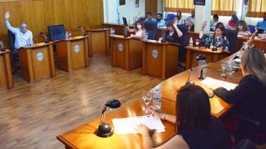 Manos levantadas. Una postal de la última votación del año en el recinto del parlamento trelewense.