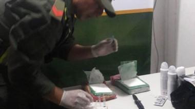 Droga. Gendarme efectuando el reactivo para comprobar la cocaína.