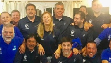 Integrantes del Círculo de Periodistas Deportivos del Chubut despidieron el año con una cena donde estrenaron la nueva indumentaria.