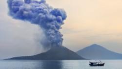 Las autoridades consideran que el tsunami fue causado por un deslizamiento de tierra submarino provocado por una erupción del volcán Krakatoa (Foto).