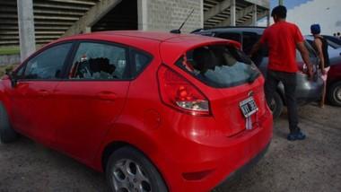 Un desastre. Hubo serios daños en las afueras del club y se registraron varios autos destrozados.