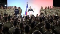 Macron rodeado de militares, durante su visita a las tropas galas apostadas en Chad.