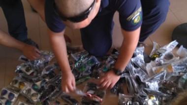 Efectivos de la Policía Patromonial madrynense decomisando las gafas para sol y la pirotecnia en el lugar.