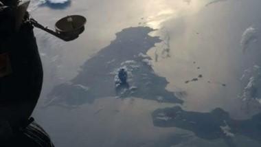 La isla de Sicilia y la columna de ceniza y humo vistas este lunes desde la Estación Espacial Internacional.