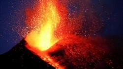 El volcán continúa emitiendo gases y lava desde uno de sus cráteres, mientras un penacho de humo sigue elevándose hacia el cielo de Catania.