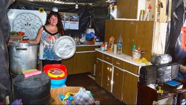 Trabajadora. Gabriela y una postal habitual en su emprendimiento solidario, donde los vecinos más vulnerables buscan un auxilio diario.