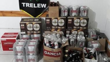 """Alcohol. Una postal de las bebidas que se decomisaron en el """"Operativo Santa Claus"""" en Trelew."""