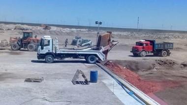 Procesos. La playa de recepción de residuos orgánicos y un camión disponiendo los residuos industriales en Puerto Madryn.