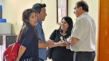 Acuerdo. Hompanera dialoga con Tarrío rodeados por dos sindicalistas presentes en la firma del convenio.