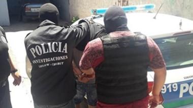 El detenido tiene 22 años y hubo gestiones para su entrega voluntaria ante las autoridades policiales.
