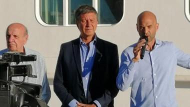 Puerto. Osvaldo Sala (izquierda) quien ya sufrió el destrato de Dietrich; Gustavo Menna, que avala el ajuste para Chubut, y el polémico ministro.