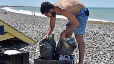Basura. Una postal de cómo recogieron residuos que afearon buena parte del balneario capitalino.
