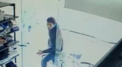 Momento en que el agresor ingresa armado con un cuchillo a la tienda de su ex.