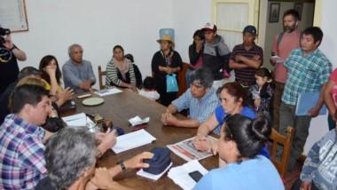 Discusión. Las familias afectadas buscan algún mecanismo oficial para no quedarse sin servicios vitales.