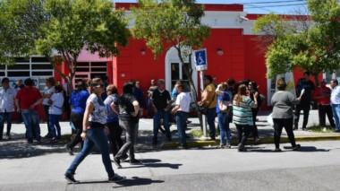 Protesta. En la vereda del municipio capitalino, los afiliados de los tres gremios protestaron muy fuerte.