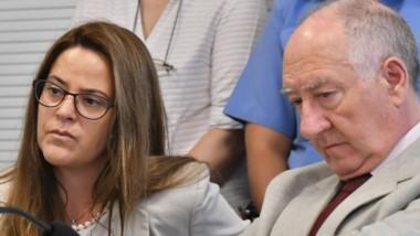 Apertura. Marta Fracasso junto con su defensor, Emilio Galende, en la sala de la Oficina Judicial de Rawson.