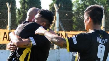 Los abrazos son para Fabricio Elgorriaga, tras convertir el único tanto del partido, de penal, a los 33 minutos del primer tiempo, en el Abel Sastre.