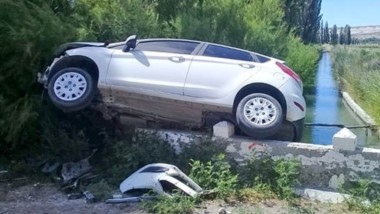 El Ford Fiesta tuvo un despiste y terminó sobre las barandas de cemento de un pequeño puente del canal.